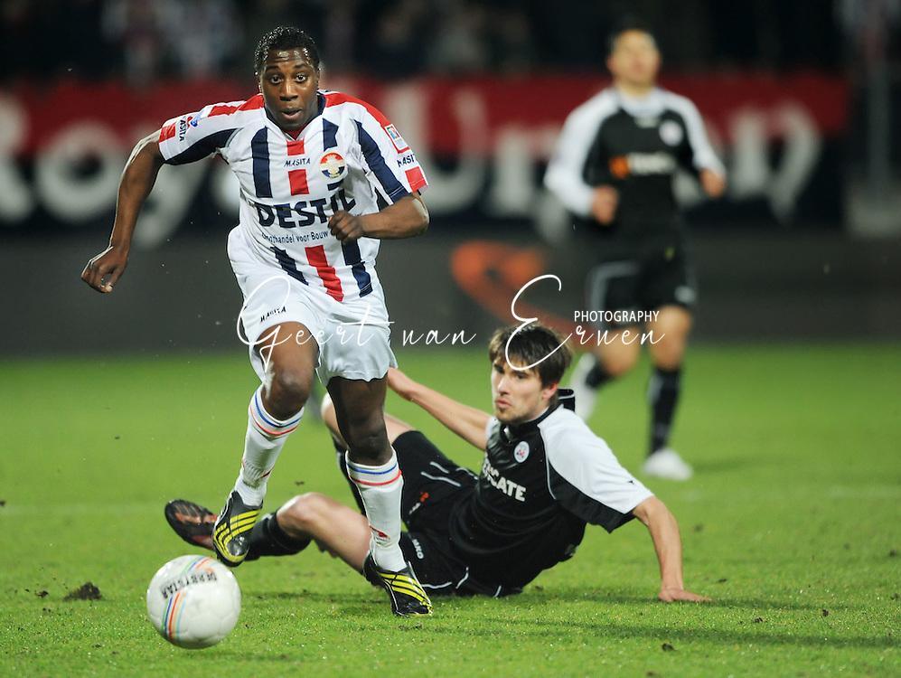 28-02-2009 Voetbal:Willem II:Heracles Almelo:Tilburg<br /> Sergio Zijler passeert Jan Wuytens<br /> Foto: Geert van Erven