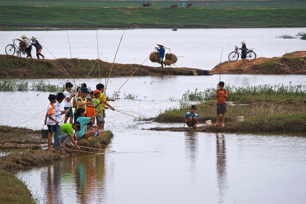 Vietnam Images-People-children-fishing-Bac Ninh. hoàng thế nhiệm
