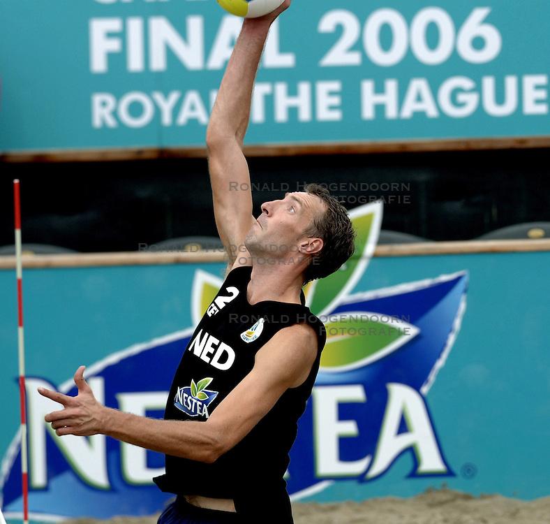 24-08-2006: VOLLEYBAL: NESTEA EUROPEAN CHAMPIONSHIP BEACHVOLLEYBALL: SCHEVENINGEN<br /> Showgirls , dansers , cheerleaders<br /> ©2006-WWW.FOTOHOOGENDOORN.NL