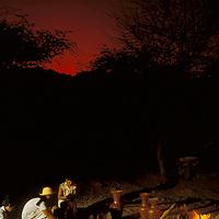 Loseras cocinando piezas de arcilla en fogata, Península de Araya, Estado Sucre, Venezuela