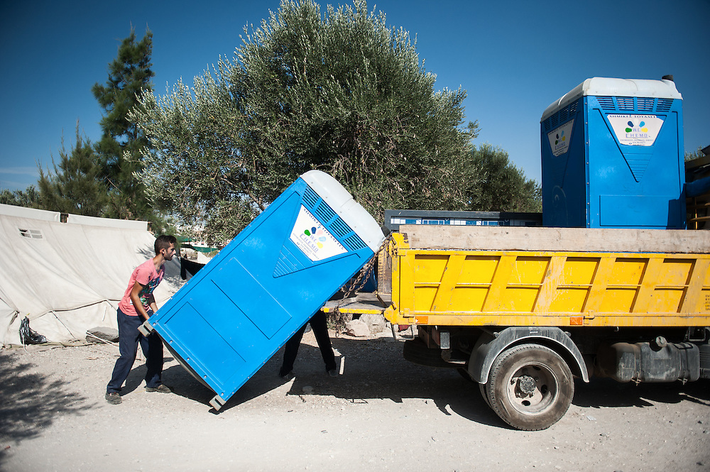 MSF contractors are installing additional portaloos  in Kara Tepe camp in Lesvos, Greece.