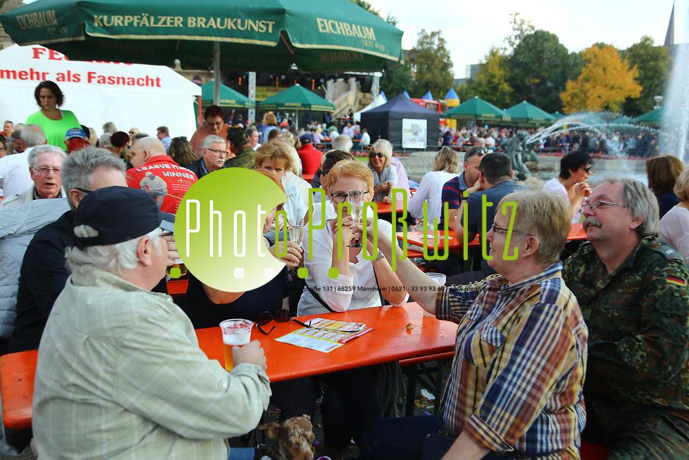 Mannheim. 23.09.17 | 50. Blumepeterfest<br /> Am Wasserturm. 50. Blumepeterfest. Benefozaktion zu Gunsten der Mannheimer Morgen Hilfsaktion Wir wollen helfen. Ausgerichtet vom Feuerio<br /> <br /> <br /> <br /> BILD- ID 1464 |<br /> Bild: Markus Prosswitz 23SEP17 / masterpress (Bild ist honorarpflichtig - No Model Release!)