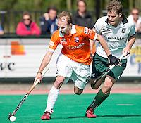 ROTTERDAM -HOCKEY - Bloemendaal speler Matthew Swann (l) in duel met Steve Edwards  van Rotterdam tijdens de play off hockeywedstrijd tussen de mannen van Rotterdam en Bloemendaal (1-1, R'dam wint na shoot out). FOTO KOEN SUYK