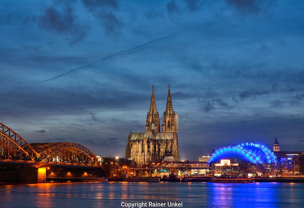 DEU , DEUTSCHLAND : Koeln am Rhein mit Hohenzollernbruecke , Koelner Dom und Musical Dome der Oper<br /> |DEU , GERMANY : Cologne at Rhine river with Hohenzollern Bridge , Cathedral and Musical Dome of the opera| <br /> 07.01.2015<br /> Copyright by : Rainer UNKEL , Tel.: 0171/5457756