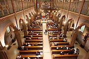 Op zondag 31 oktober is in de Getrudiskathedraal in Utrecht  Annemieke Duurkoop als eerste vrouwelijke plebaan van Nederland geïnstalleerd. Duurkoop wordt de nieuwe pastoor van de Utrechtse parochie van de Oud-Katholieke Kerk (OKK), deze kerk heeft geen band met het Vaticaan. Een plebaan is een pastoor van een kathedrale kerk, die eindverantwoordelijk is voor een parochie. Eerder waren bij de OKK al twee vrouwelijk priesters geïnstalleerd, maar die zijn geen plebaan.<br /> <br /> At the St Getrudiscathedral in Utrecht the first female dean of the Old-Catholic Church (OKK) is installed together with a new pastor Bernd Wallet. The church has no connections with the Vatican.