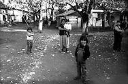 Kosovo - Gjakovë, Novembre 2000. Villaggio  abitato da rom askalia.