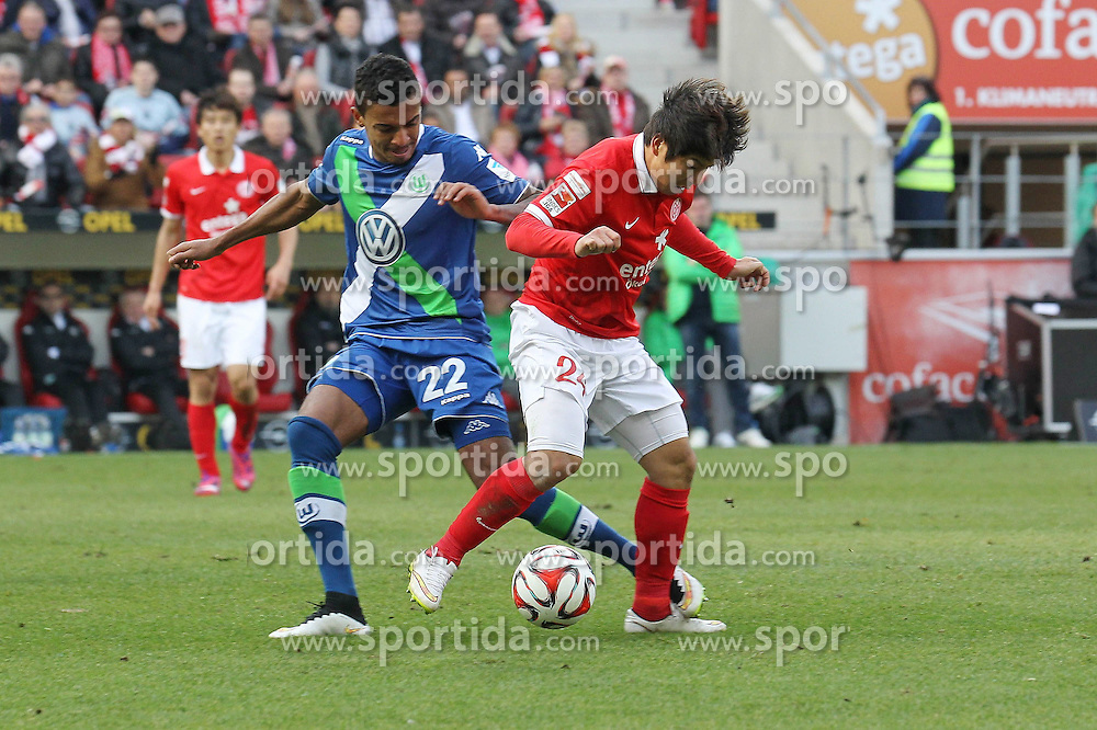 22.03.2015, Coface Arena, Mainz, GER, 1. FBL, 1. FSV Mainz 05 vs VfL Wolfsburg, 26. Runde, im Bild Luiz Gustavo (Wolfsburg) im Zweikampf mit Joo-Ho Park (Mainz) // during the German Bundesliga 26th round match between 1. FSV Mainz 05 and VfL Wolfsburg at the Coface Arena in Mainz, Germany on 2015/03/22. EXPA Pictures &copy; 2015, PhotoCredit: EXPA/ Eibner-Pressefoto/ Roskaritz<br /> <br /> *****ATTENTION - OUT of GER*****