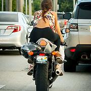 USA/Miami/20150807 - meisje achter op een motor