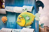 Parata di carnevale Gallipoli 2011. Dettaglio di un carro allegorico in cui è presente un pesce dall'aspetto famelico...Carnival parade 2011 Gallipoli. Detail of a float that has a hungry-looking fish.