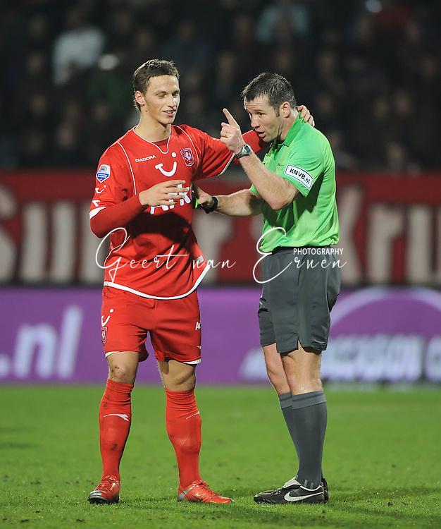 14-03-2009 Voetbal:Willem II:FC Twente:Tilburg<br /> Marko Arnautovic moet zich bij scheidsrechter Vink melden voor zijn gedrag<br /> Foto: Geert van Erven