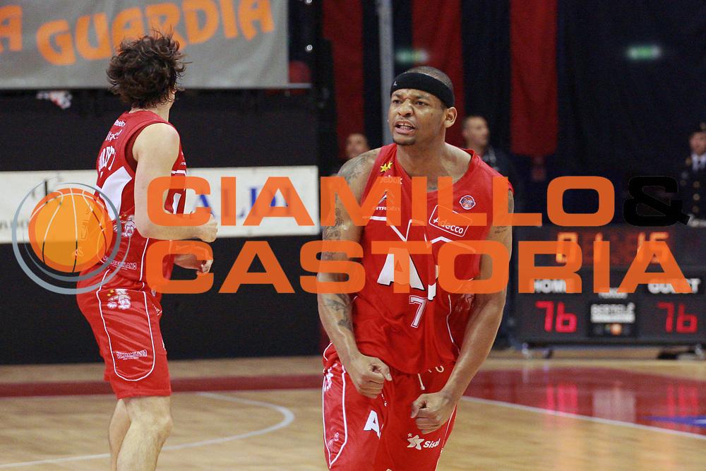 DESCRIZIONE : Biella Lega A 2008-09 Playoff Semifinale Gara 2 Angelico Biella Armani Jeans Milano<br /> GIOCATORE : Mike Hall<br /> SQUADRA : Armani Jeans Milano<br /> EVENTO : Campionato Lega A 2008-2009 <br /> GARA : Angelico Biella Armani Jeans Milano<br /> DATA : 31/05/2009<br /> CATEGORIA : Esultanza<br /> SPORT : Pallacanestro <br /> AUTORE : Agenzia Ciamillo-Castoria/S.Ceretti