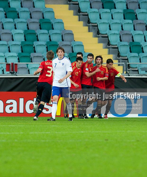Espanja siirtyy 0-1-johtoon, edessä Kasper Hämäläinen. Suomi - Espanja. Alle 21-vuotiaiden EM-turnaus, Gamla Ullevi, Göteborg, Ruotsi 22.6.2009. Photo: Jussi Eskola