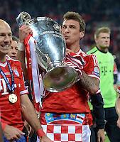 FUSSBALL  CHAMPIONS LEAGUE  SAISON 2012/2013  FINALE  Borussia Dortmund - FC Bayern Muenchen         25.05.2013 Champions League Sieger 2013 FC Bayern Muenchen: Mario Mandzukic jubelt mit dem Pokal