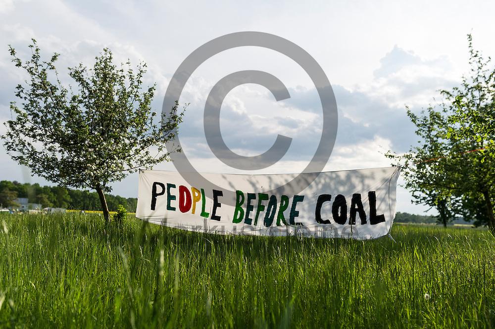 &quot;People before Coal&quot; steht am 12.05.2016 in dem Klimacamp von Ende Gel&auml;nde bei Proschim, Deutschland auf einem Transparent. &Uuml;ber das Pfingstwochenende wollen mehrere Tausend Aktivisten den Braunkohlentagebau  blockieren um gegen die Nutzung von fossilen Brennstoffen zu protestieren. Foto: Markus Heine / heineimaging<br /> <br /> ------------------------------<br /> <br /> Ver&ouml;ffentlichung nur mit Fotografennennung, sowie gegen Honorar und Belegexemplar.<br /> <br /> Bankverbindung:<br /> IBAN: DE65660908000004437497<br /> BIC CODE: GENODE61BBB<br /> Badische Beamten Bank Karlsruhe<br /> <br /> USt-IdNr: DE291853306<br /> <br /> Please note:<br /> All rights reserved! Don't publish without copyright!<br /> <br /> Stand: 05.2016<br /> <br /> ------------------------------<br /> <br /> ------------------------------<br /> <br /> Ver&ouml;ffentlichung nur mit Fotografennennung, sowie gegen Honorar und Belegexemplar.<br /> <br /> Bankverbindung:<br /> IBAN: DE65660908000004437497<br /> BIC CODE: GENODE61BBB<br /> Badische Beamten Bank Karlsruhe<br /> <br /> USt-IdNr: DE291853306<br /> <br /> Please note:<br /> All rights reserved! Don't publish without copyright!<br /> <br /> Stand: 05.2016<br /> <br /> ------------------------------