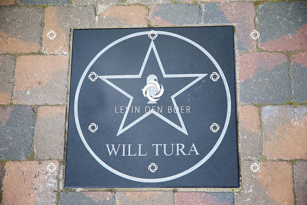 DE PANNE - In attractiepark Plopsaland liggen diversen Walk of Fame Sterren op de grond. Met hier de ster van 'Will Tura'. FOTO LEVIN DEN BOER - KWALITEITFOTO.NL