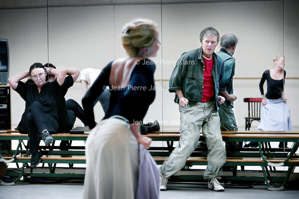 Nederland, Amsterdam,23 augustus 2008..Rudi van Dantzig (Amsterdam, 4 augustus 1933) is een Nederlands choreograaf, balletdanser en schrijver.Rudi van Dantzig tijdens een repetitie van het Nationaal Ballet in de Stopera..Tweeëntwintig jaar lang was hij artistiek leider van Het Nationale Ballet. En in totaal maakte hij meer dan vijftig balletten, waarmee hij dansers van over de hele wereld wist aan te spreken, onder wie balletlegende Rudolf Nureyev..Onlangs werd Rudi van Dantzig 75 jaar. Het Nationale Ballet viert dat met een aan hem gewijd programma, waarin naast drie van zijn belangrijkste werken ook een choreografie te zien is van goede vriend en jarenlang naaste collega Toer van Schayk..Dutch choreographer, ballet dancer and writer.Rudi van Dantzig during a rehearsal of the National Ballet in the Stopera.