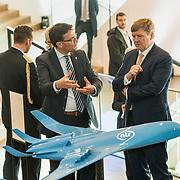 NLD/Amsterdam/20190314  - Koning bij viering 100 jaar Luchtvaart  in Nederland, Koning Willem Alexander krijgt uitleg over een vliegtuig
