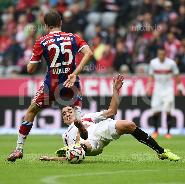 Fussball  1. Bundesliga  Saison 2014/2015   3. SPIELTAG FC Bayern Muenchen - VfB Stuttgart       13.09.2014 Thomas Mueller (li, FC Bayern Muenchen) gegen Oriol Romeu (Boden, VfB Stuttgart)