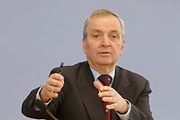 13 MAY 2002, BERLIN/GERMANY:<br /> Klaus Toepfer, Direktor der United Nations Environment Programme (UNEP) und Bundesminister a.D., waehrend einer Pressekonferenz zum Weltgipfel fuer nachhaltige Entwicklung, Bundespressekonferenz<br /> IMAGE: 20020513-02-004<br /> KEYWORDS: Klaus Töpfer