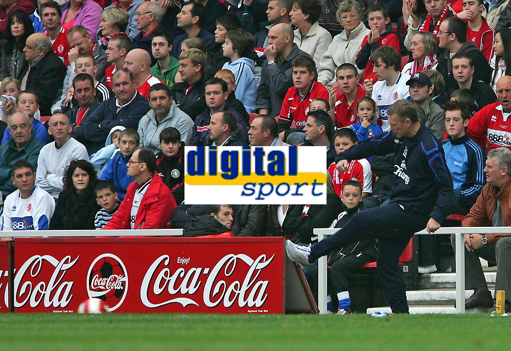 Photo: Andrew Unwin.<br />Middlesbrough v Everton. The Barclays Premiership. 14/10/2006.<br />Everton's David Moyes kicks the ball back to his players.