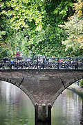 Geparkeerde fietsen op de Weesbrug in Utrecht.<br /> <br /> Parked bicycles on a bridge in Utrecht.