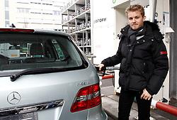 Motorsports / Formula 1: World Championship 2011, Besuch Nico Rosberg besucht in Sindelfingen das Entwicklungszentrum im Technologie Werk, Nico Rosberg ( F1 GP Mercedes Fahrer ) betankt einen B-Klasse Fuel Cell Auto