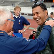 NLD/Amsterdam/20070526 - Suriprofs - Jong Oranje 2007, trainer Foppe de Haan in gesprek met Ruud Gullit
