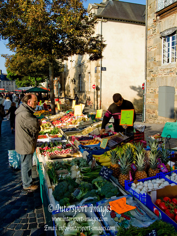 Rennes, FRANCE, Rennes, General View at the Saturday Morning Market, Brittany.  Saturday  26/09/2009   [Mandatory Credit Peter Spurrier Intersport Images] Street Photo.