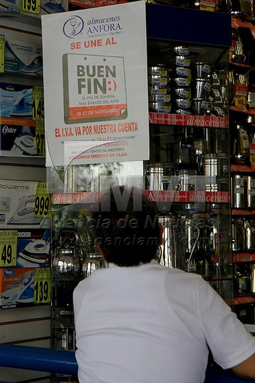 """TOLUCA, México.- En el último día de """"El Buen Fin"""" las personas salieron a las calles aprovechando su día de descanso para poder realizar algunas compras en los establecimientos que colocaron su mercancía con descuentos. Agencia MVT / Crisanta Espinosa. (DIGITAL)"""