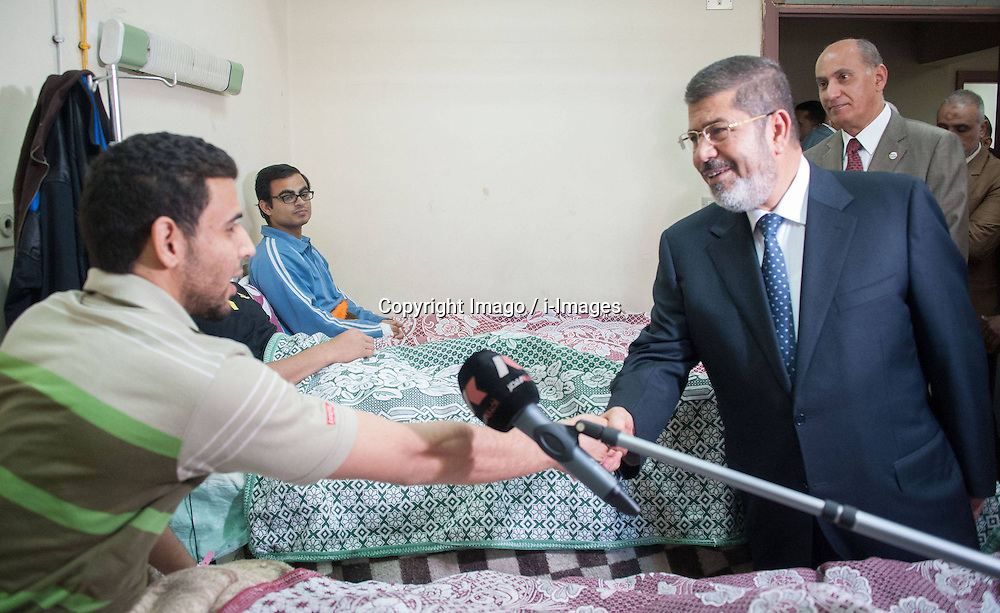 Egyptian President Mohamed Morsi (front R) visits al-Azhar University students who suffered food poisoning at a hospital in Cairo, Egypt, Apr. 2, 2013. As many as 561 Egyptian students of al-Azhar University have been infected with food poisoning on Apr, 1, with no deaths reported, spokesman for the Ministry of Health Yahia Moussa told Xinhua on Tuesday. on April 2, 2013. Photo by Imago / i-Images...UK ONLY..