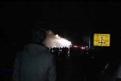 Die Polizei rückt kurz vor Mitternacht mit Wasserwerfern und Räumfahrzeugen gegen das Camp in Metzingen vor. <br /> <br /> Ort: Metzingen<br /> Copyright: Karin Behr<br /> Quelle: PubliXviewinG