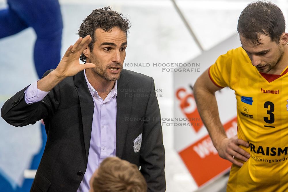 04-02-2017 NED: Draisma Dynamo - VC Nesselande, Apeldoorn<br /> Dynamo wint vrij eenvoudig en verslaat Nesselande met 3-0 / Coach Bas Hellinga
