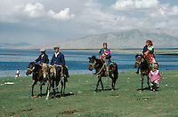 Chine. Sinkiang (Xinjiang). Cavaliers Kazakh sur le lac Sayram. // China. Xinjiang. Kazakh horsman on the Sayram lake.