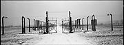 Il cancello ceh divideva il campo maschile dal 'Messico' una sezione del campo ancora in costruzione all'epoca della liberazione