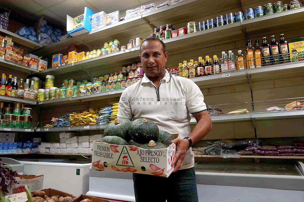 Roma 9 Luglio 2007  .Mohiuddin Mohd immigrato dal Bangladesh dal 1989, proprietario di un minimarket a piazza Vittorio.Rome July 9 th 2007  .Mohiuddin Mohd had immigrated from Bangladesh since 1989, owner of a minimarket to Piazza Vittorio
