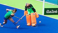 RIO DE JANEIRO (Brazilie) - De dames  van Oranje trainen vanmiddag in het Olympische hockeystadion . Lidewij Welten met Joyce Sombroek.    COPYRIGHT KOEN SUYK
