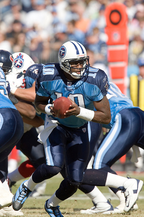 NASHVILLE, TN - OCTOBER 29:  Vince Young #10 of the Tennessee Titans pitches the ball to a running back against the Houston Texans at LP Field on October 29, 2006 in Nashville, Tennessee. The Titans defeated the Texans 28 to 22. (Photo by Wesley Hitt/Getty Images)***Local Caption***Vince Young