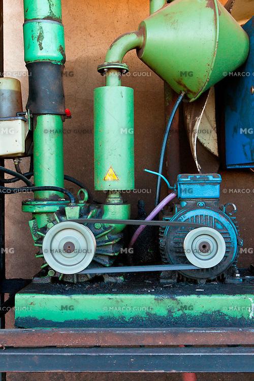 PARTES DEL MOTOR DE LA SALA DE ORDEÑE DE UN TAMBO, PROVINCIA DE SANTA FE, ARGENTINA (PHOTO © MARCO GUOLI - ALL RIGHTS RESERVED)