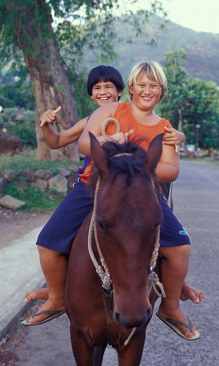 Lachende Teenager auf Pferderücken, Nuka Hiva, Französisch Polynesien * Laughing teens on horseback, Nuka Hiva, French Polynesia