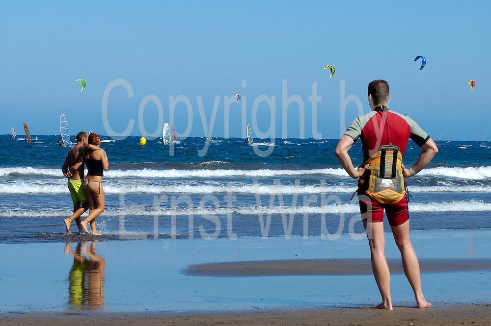 Spanien, Kanarische Inseln, Teneriffa..El Medano, Strand und Meer mit Windsurfern und Kitesurfern..|..Spain, Canary Islands, Tenerife..El Medano, beach and sea with wind surfers and kite surfers