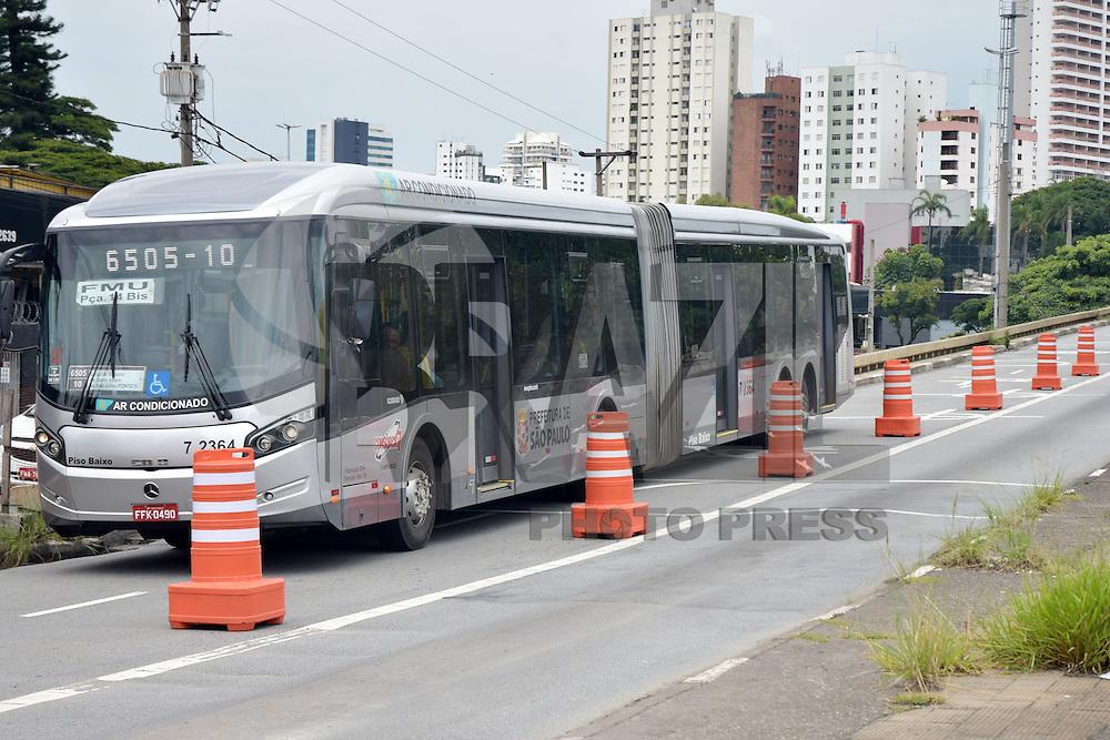 SÃO PAULO,SP - 25.02.2016 - TRÂNSITO-SP - O viaduto Santo Amaro, na zona sul de São Paulo, foi reaberto parcialmente na madrugada desta quinta-feira, 25, pela Prefeitura de São Paulo, somente para os ônibus. A previsão inicial era de que a estrutura fosse demolida, após acidente envolvendo dois caminhões seguido de uma explosão, no último dia 13, que danificou o elevado e o manteve fechado para a circulação de veículos desde então. (Foto: Eduardo Carmim/Brazil Photo Press)