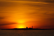 Sunset behind lighthouse, on the westcoast of Norway | Solnedgang bak Grasøyane fyr.