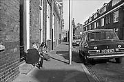 Nederland, Nijmegen, 1980..Kinderen spelen op straat, op de stoep in het centrum van de stad. Piersonstraat Een jaar later is deze plek het centrum van krakersrellen...Foto: Flip Franssen/Hollandse Hoogte