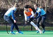 BLOEMENDAAL - Anna OFlanagan (Bldaal) tussen Maud Delfos (l) hoofdklasse competitie dames, Bloemendaal-Nijmegen (1-1) COPYRIGHT KOEN SUYK