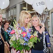 NLD/Huizen/20110429 - Lintjesregen 2011, Linda de Mol en vriendin Mireille Bekooy