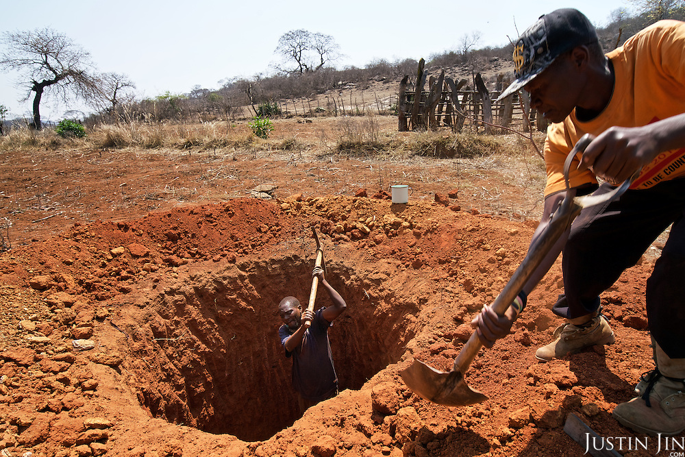 Farmers dig a well in search of water in Masvingo Province, Zimbabwe. <br /> <br /> Drought in southern Africa is devastating communities in Zimbabwe, leaving 4 million people urgently in need of food aid. The government declared a state of emergency,. <br /> <br /> Here in Masvingo Province, the country's hardest hit province, vegetation has wilted, livestock is dying, and people are at serious risk of famine. <br /> <br /> Pictures shot by Justin Jin