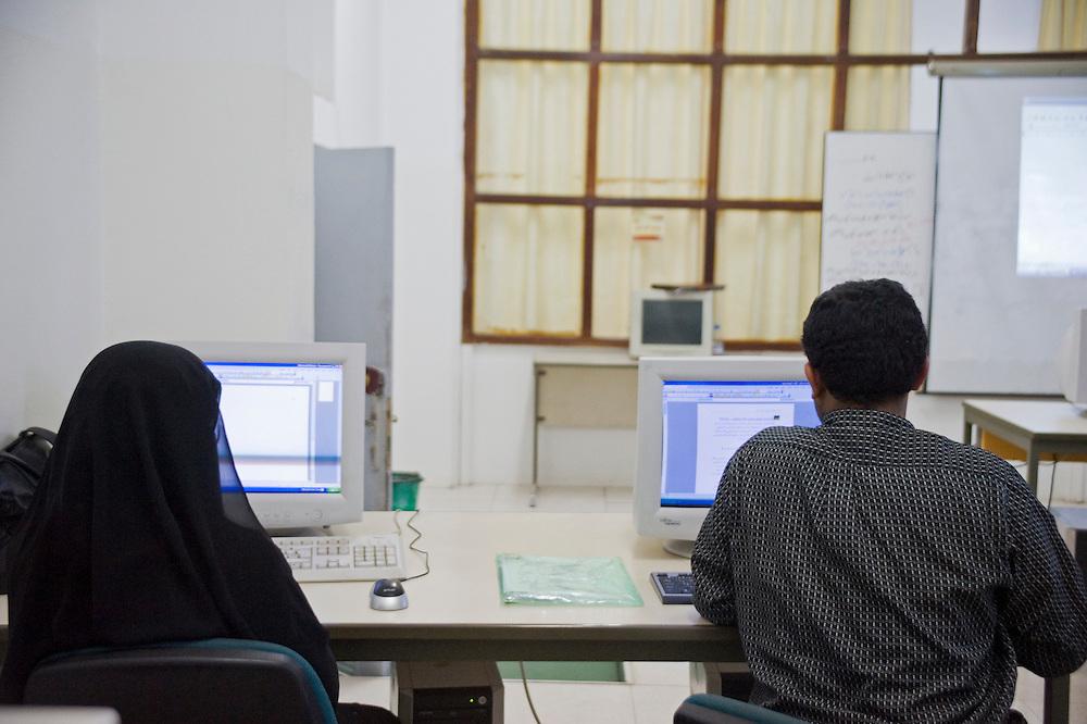 Cours d'informatique a l'Institut des Telecomunications dans le cadre d'une formation professionelle...Computer classes at the Telecom institute.