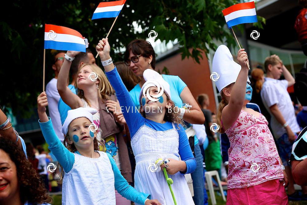 AMSTERDAM - Bij Pathe ArenA is de filmpremiere De Smurfen II. Ook is er een heel smurfendorp gebouwd voor de kleintjes om lekker te kunnen spelen, kleuren, schminken, ijsjes te eten en nog veel meer. Met op de foto  kinderen die genieten in het Smurfendorp. FOTO LEVIN DEN BOER - PERSFOTO.NU
