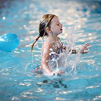 Nederland, Monnickendam , 8 juli, 2014.<br /> <br /> Deena Jans zwemt af voor haar zwemdiploma A in Sportfondsenbad Monnickendam onder leiding van zweminstructeur Henk Mol.<br /> Foto:Jean-Pierre Jans