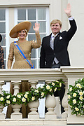 Prinsjesdag 2013 Koning Willem-Alexander en koningin Máxima groeten het publiek vanaf het bordes van Paleis Noordeinde.<br />